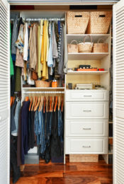 4 Eco-Friendly Ways to Get Rid of Old Clothing Thumbnail